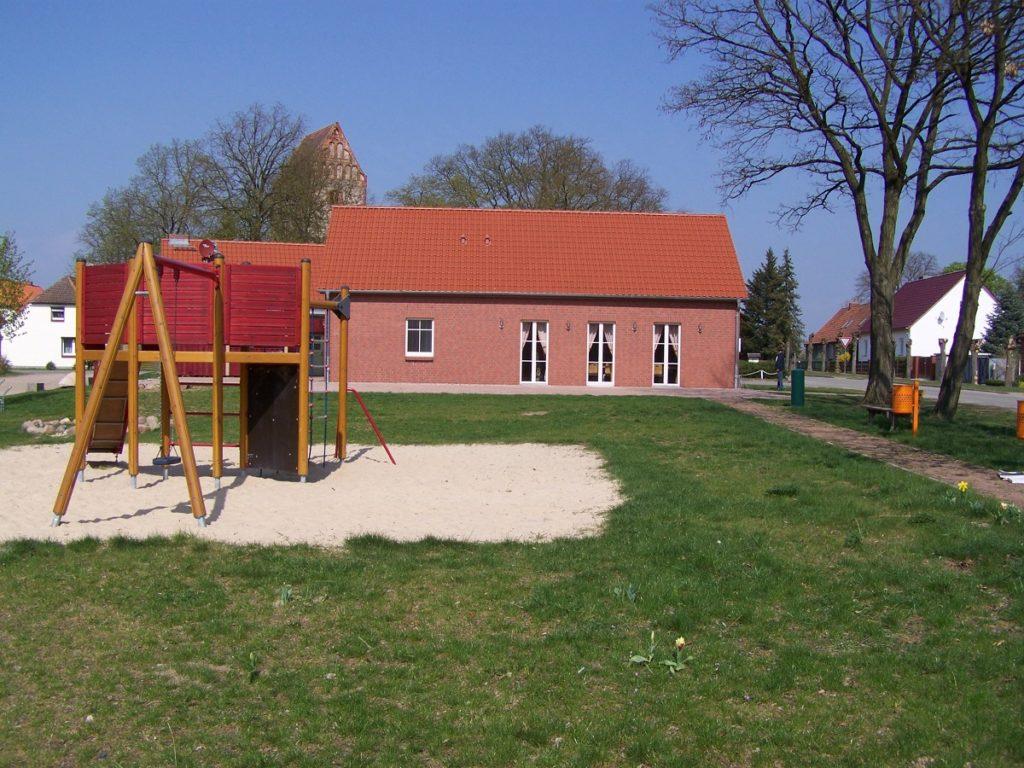 Dorfgemeinschaftshaus und Spielplatz in Königsberg