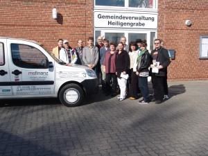 werbefinanziertes Dienstfahrzeug mit Gruppenfoto Sponsoren am 23. März 2010
