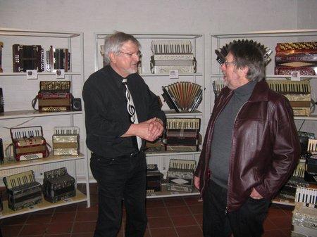 Peter Kaping im Gespräch mit Besucher