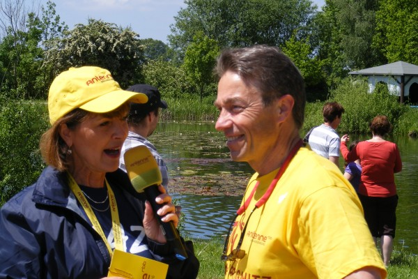 Brandenburgs Minister Günter Baaske im Interview mit Antenne-Reporterin bei Mittagspause in Blesendorf