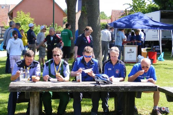 Tour-Polizei stärkt sich mit einer Mahlzeit im Pausenort Blesendorf
