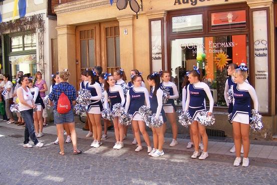 Cheerleader Perleberg Princess erwarten die Radfahrer im Perleberger Spalier - Tour-de-Prignitz 05-06-2010