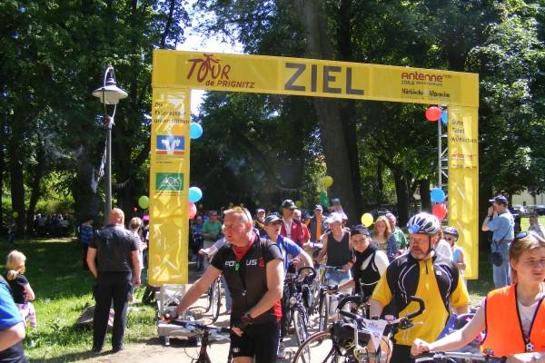 Fahrer kommen am Zielort der Etappe Heiligengrabe - Meyenburg an