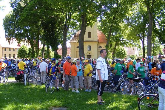 Fahrerfeld beim Kulturstopp in Jabel, im Vordergrund Bürgermeister Jens Wittmann aus der Heiligengraber Partnergemeinde  Fahrenbach