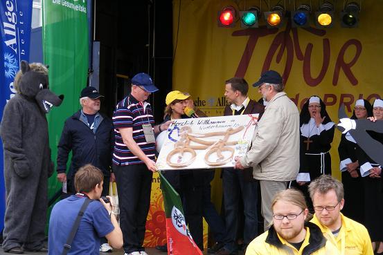 Gastgeschenk Bürgermeister -Tourlogo Bockwurst Fleischerei Ribbe - Etappe 3 der Tour-de-Prignitz 2010 von Pritzwalk nach Wusterhausen