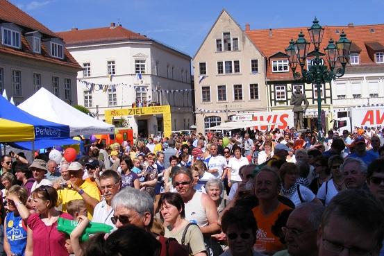 Gut gefüllter Marktplatz in der Rolandstadt Perleberg nach Zielankunft der Radler während der Tour-de-Prignitz am 05. Juni 2010 - Foto: heiligengrabe.de / M. Deutsch