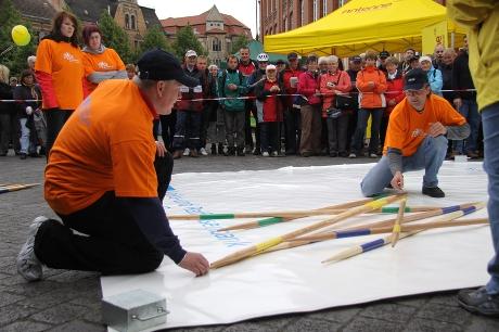 Mikadospiel zwischen Perleberg und Wittenberge am Etappenziel der 1. Etappe der Tour-de-Prignitz 2010