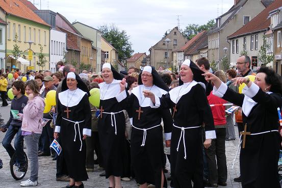 Nonnen am Empfangsspalier von Etappe 3 der Tour-de-Prignitz 2010 Pritzwalk - Wusterhausen