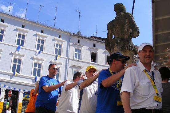 Polonaise am Tourort Perleberg um den Roland mit vielen Bürgermeistern vorne weg