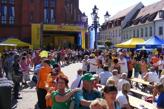 Polonaise auf dem Perleberger Marktplatz - Tour-de-Prignitz 05-06-2010