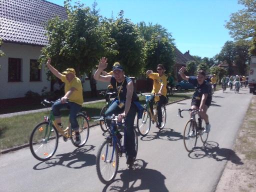 Radler auf der 4. Etappe der Tour-de-Prignitz zur Mittagszeit in Königsberg