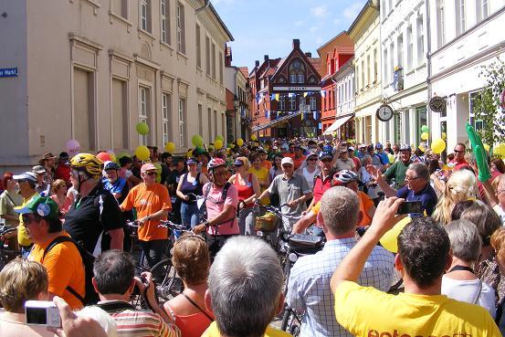 Radlerfeld bei der letzten Zieleinfahrt der Tour-de-Prignitz 2010 in Perleberg