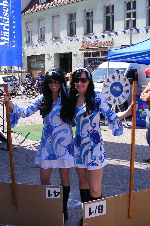 Schilder-Girls auf dem Marktplatz in der Rolandstadt Perleberg beim Empfang der Tour-de-Prignitz 2010