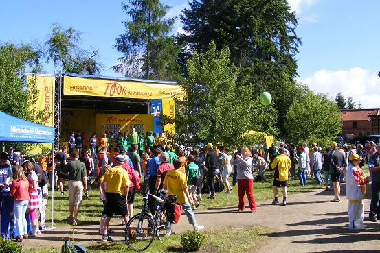 Vor dem Start der 5. Tour-Etappe im Klostergarten Heiligengrabe