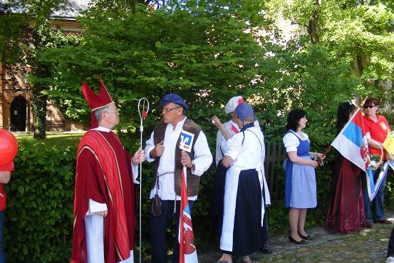 Wittstocker Bischof und Rosenkönigin im Heiligengraber Empfangsspalier der Tour-de-Prignitz 2010