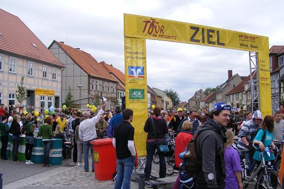 Zieleinfahrt Wusterhausen-Dosse auf Etappe 3 der Tour-de-Prignitz 2010 von Pritzwalk nach Wusterhausen