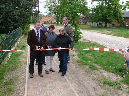 Kippenhahn-Stasch-Teiche-geben-den-neuen-Gehweg-in-Dahlhausen-frei