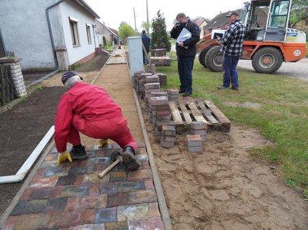 Pflasterarbeiten-am-neuen-Gehweg-in-Dahlhausen