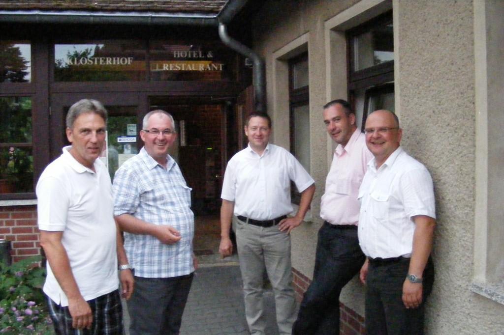 """""""Männerrunde"""" - Kreative Gespräche vor dem Hotel Klosterhof beim Gemeindeabend Fahrenbach-Heiligengrabe am 4.Juli 2010"""