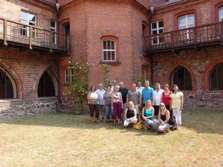 gruppenbild-innenhof-kloster