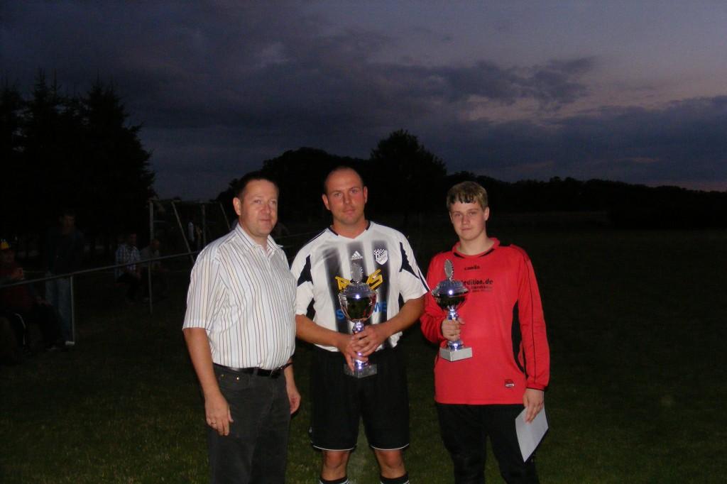 Zaatzke mit Pokalen bei der Siegerehrung um Wanderpokal des Bürgermeisters der Gemeinde Heiligengrabe (Holger Kippenhahn) 2010 / Foto: M. Deutsch
