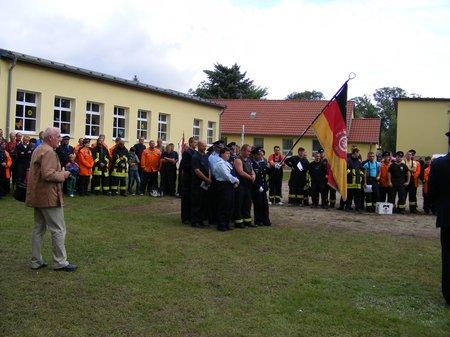 Heiligengrabe - Dorffest und 100 Jahre Feuerwehr Blumenthal - wehren bei der Siegerehrung auf dem Schulplatz