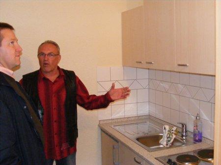 Wolfgang Gesche und Bürgermeister Holger Kippenhahn im neuen Küchenbereich der Feuerwehr Blandikow