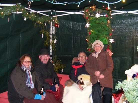 Aufwärmen-nach-der-Tombola-Verlosung-beim-Fahrenbacher-weihnachtsmarkt-2010