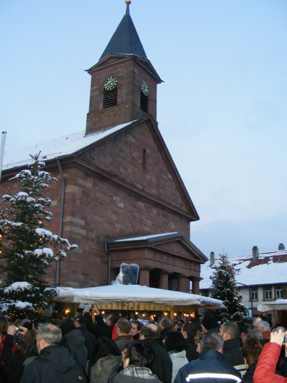 Blick-auf-evangelische-Kirche-undWeihnachtsmarkt-Fahrenbach-Partnergemeinde-Heiligengrabe