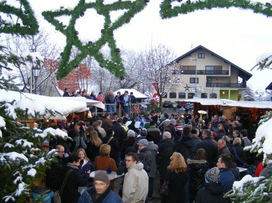 Blick-vom-Sparkassenplatz-auf-den-gut-besuchten-Weihnachtsmarkt-Fahrenbach-2010