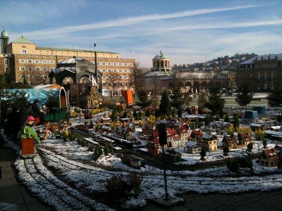 Blick- vom- Weihnachtsmarkt- in- Stuttgart- 2010- auf- den- Stuttgarter- Schlossplatz