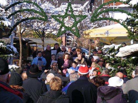 Chor-auf-dem-Sparkassenplatz-beim-Weihnachtsmarkt-Fahrenbach-2010
