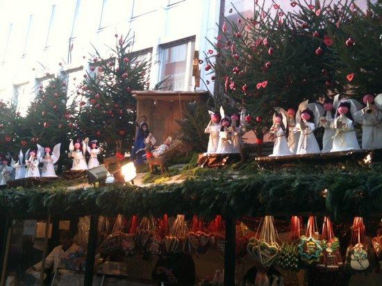 Festlich- geschmückte- Budendächer- auf- dem- Stuttgarter- Weihnachtsmarkt- 2010 - Maria- Christus-Kind- und- Engel-Schar