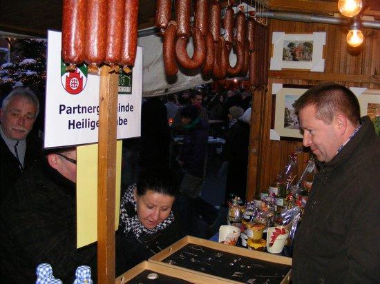Heiligengraber-Bürgermeister-Holger-Kippenhahn-am-Weihnachtsmarktstand-in-Fahrenbach