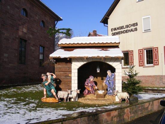 Kirche-Fahrenbach-weihnachtlicher-stall-und-evangelisches-Gemeindehaus