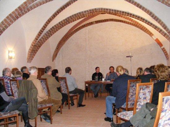 Peter-Micahel-Diestel-stellt-sein-Buch-im-Kapitelsaal-desKloster-Stift-heiligengrabe-vor
