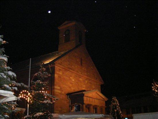 Weihnachtszauber-Fahrenbacher-Weihnachtsmarkt-mit-Kirche-im-Lichterschein