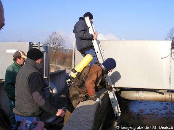 Letzter Check Leiter für Einstieg Taucheinsatz Klärbecken Heiligengrabe
