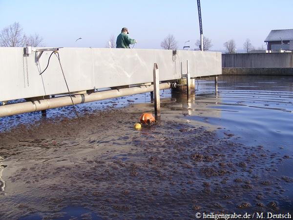 Taucher der Spezial-Tauchfirma schwimmt im Belebungsbecken der Kläranlage Heiligengrabe