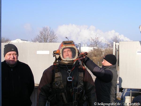 Taucher und EGE-Betriebsleiter Zschoyan am Belebungsbecken der Kläranlage Heiligengrabe