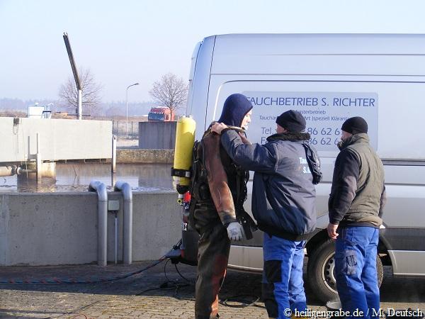 Taucher wird angezogen und vorbereitet für Taucheinsatz Belebungsbecken Kläranlage Heiligengrabe
