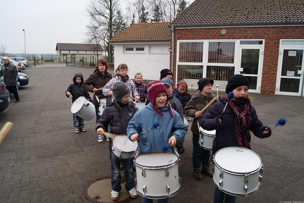 Trommelgruppe der Ganztagsschule Heiligengrabe vor der Gemeindeverwaltung Heiligengrabe