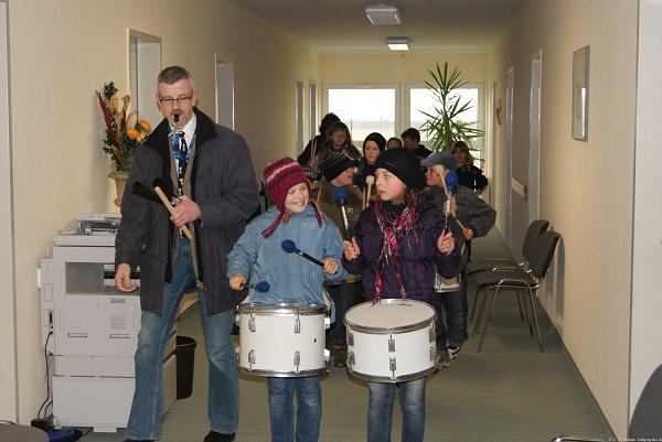 Trommler der Grundschule mit Leiter Jost Korf im Flur der Gemeindeverwaltung Heiligengrabe