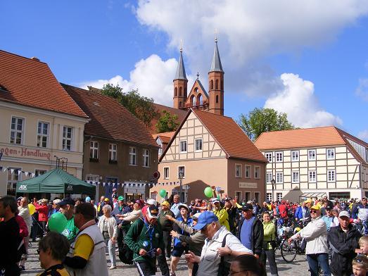 Fruehsport-Marktplatz-Kyritz-vor-Etappenstart-nach-Heiligengrabe-Tour-de-Prignitz-2011