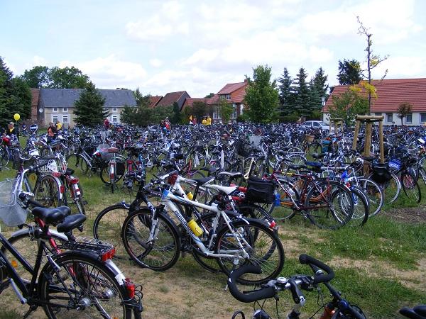 Massenhaft-fahrraeder-bei-Mittagspause-Blumenthal-6-Touretappe-28-Mai-2011-TDP