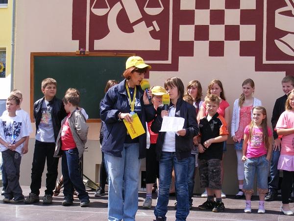 Nachwuchsmoderatorin-und-grundschulkinder-Klasse-5-6-auf-Buehne-Mittagspause-Blumenthal-Tour-de-Prignitz-2011-6-Etappe-nach-Heiligengrabe