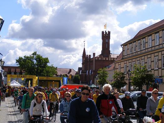 Radler-nach-Start-6-Etappe-Tour-de-Prignitz-2011-Kyritz-Heiligengrabe-Pressesprecherin-Polizei-Schutzbereich-OPR-Doerte-Roehrs-radelt-privat-mit