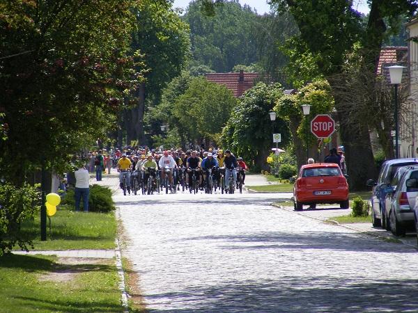 Tourradler-fahren-in-Blumenthal-zur-Mittagspause-ein-Tour-de-Prignitz-2011