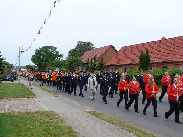 Umzug-100-Jahre-FFW-Blandikow-Gemeinde-Heiligengrabe-Feuerwehrausscheid-2011