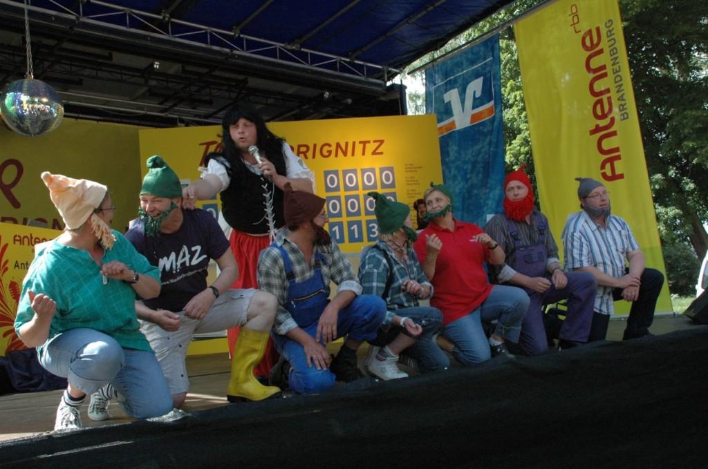 Zwergenstaedte-7-Zwerge-auf-der-Antenne-Tourbühne-im-Schlosspark-Meyenburg-2-Etappe-Tour-de-Prignitz-2011